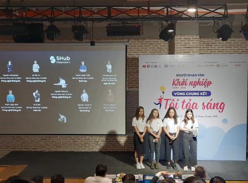 Thành viên nhóm dự án Shub classroom - kết nối học sinh với giáo viên trả lời câu hỏi từ Ban giám khảo