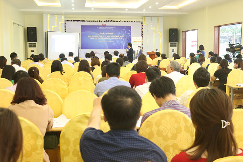 Toàn cảnh buổi tập huấn kiến thức khởi nghiệp cho cán bộ quản lí và giáo viên khối THPT tỉnh Hưng Yên.