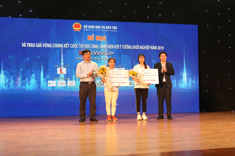 Ông Đỗ Mạnh Hùng trao giải 'Không gian trưng bày xuất sắc nhất' cho hai trường.