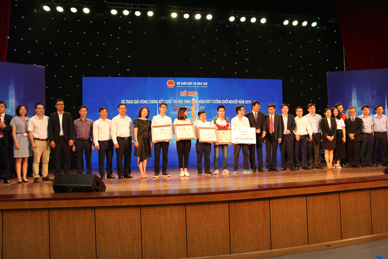 Các vị đại biểu khách quý, đại diện các doanh nghiệp chụp cùng đội giành giải nhất với số tiền thưởng 100 triệu đồng.
