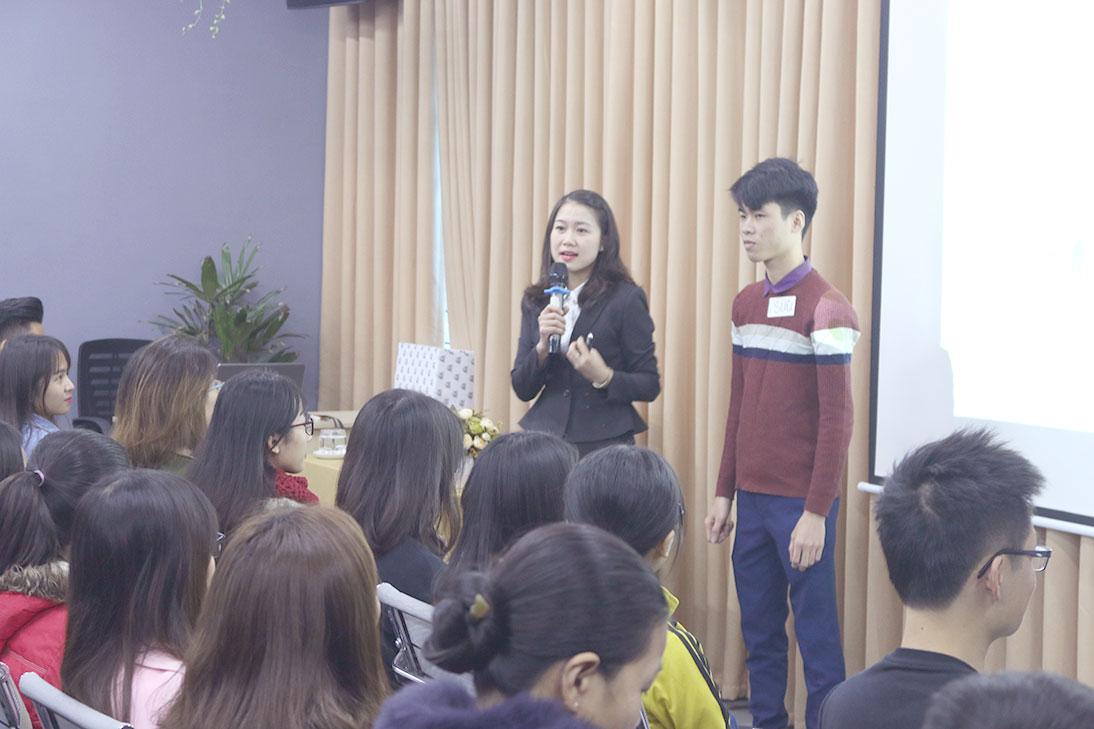 Giảng viên Đào tạo Thanh Hằng tương tác với một bạn sinh viên.