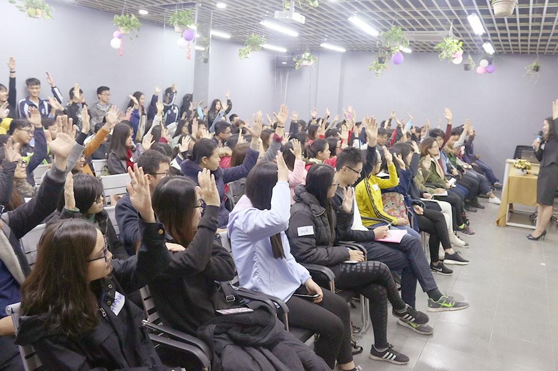 Các bạn sinh viên hào hứng tham gia buổi Hội thảo.