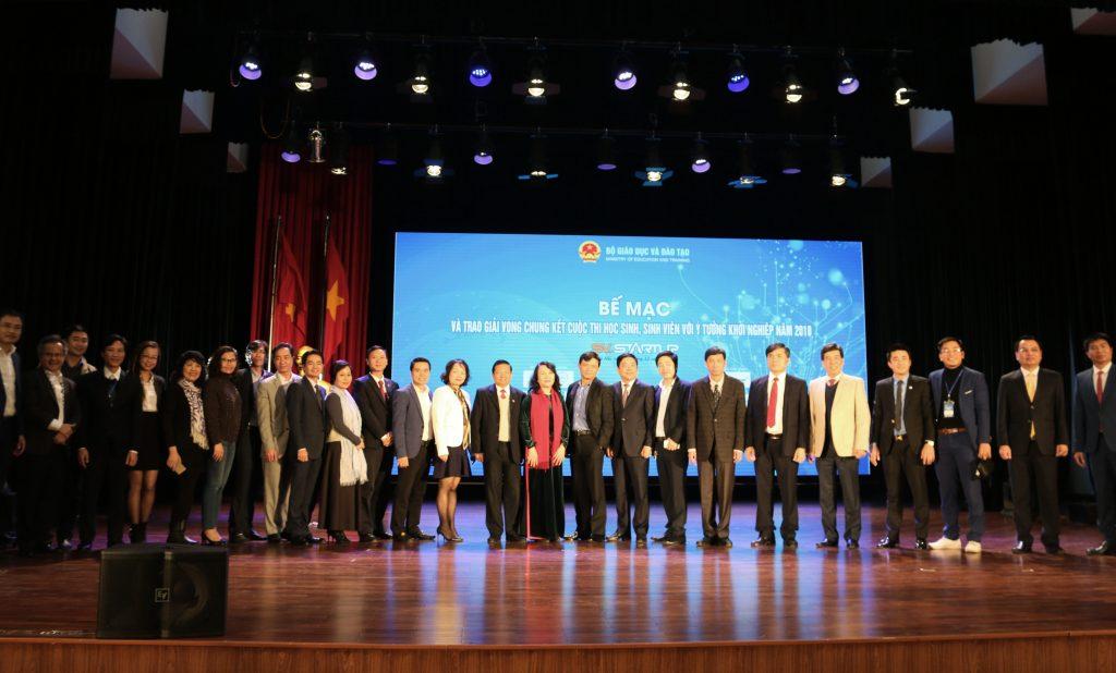 Thứ trưởng Bộ Giáo dục và Đào tạo Nguyễn Thị Nghĩa - trưởng ban tổ chức SV.Startup 2018 chụp ảnh lưu niệm cùng các nhà đồng hành, các nhà tài trợ.