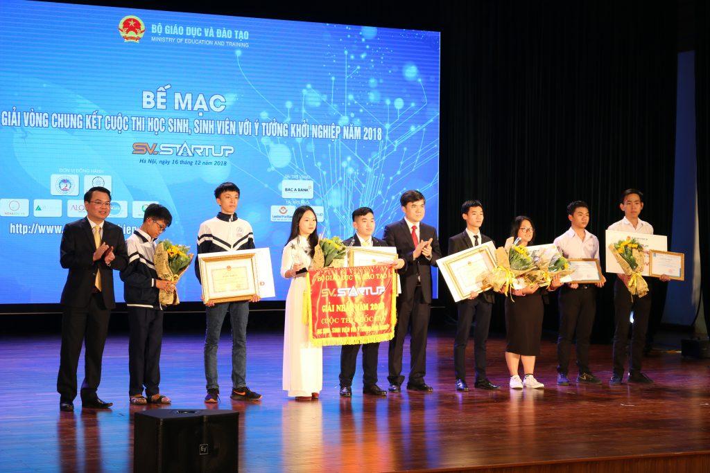 Đồng chí Bùi văn Linh – phó vụ trưởng Vụ Giáo dục chính trị và công tác học sinh sinh viên - trao giải nhất cho khối THPT.