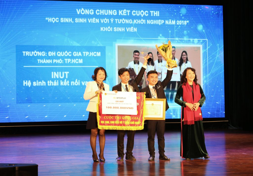 Đồng chí Nguyễn Thị Nghĩa - Thứ trưởng Bộ Giáo dục và Đào tạo trao giải nhất cho đội sinh viên trường Đại học Quốc gia thành phố Hồ Chí Minh.