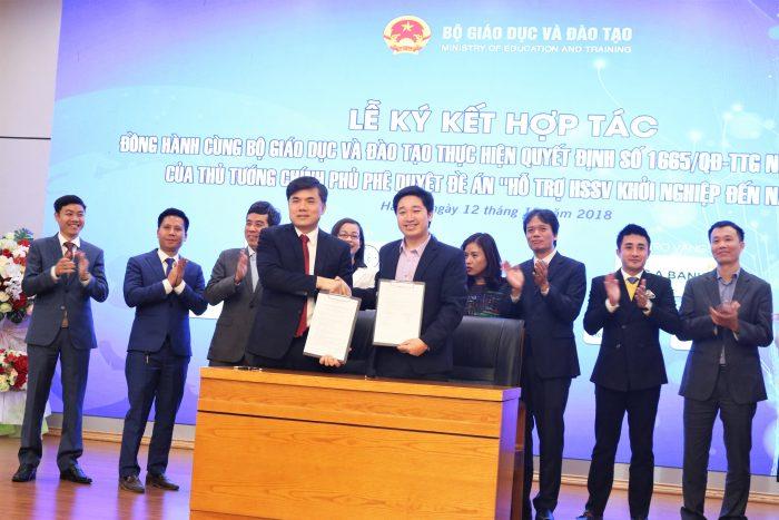 Tổng giám đốc Novaedu Đỗ Mạnh Hùng ký kết hợp tác với đại diện Bộ GD&ĐT ông Bùi văn Linh – phó vụ trưởng Vụ Giáo dục chính trị và công tác học sinh sinh viên, cam kết hỗ trợ học sinh sinh viên khởi nghiệp cho tới năm 2025 theo đề án 1665 của Chính phủ.
